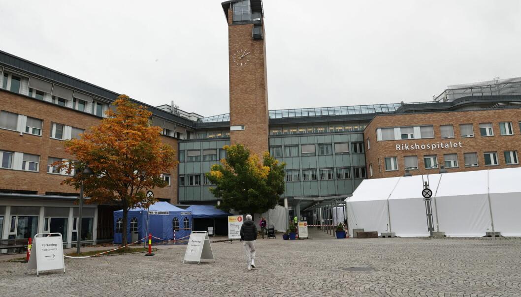 Søndag og mandag døde to koronapasienter ved Oslo universitetssykehus. Så langt har 870 nordmenn dødd av koronaviruset. Foto: Geir Olsen / NTB