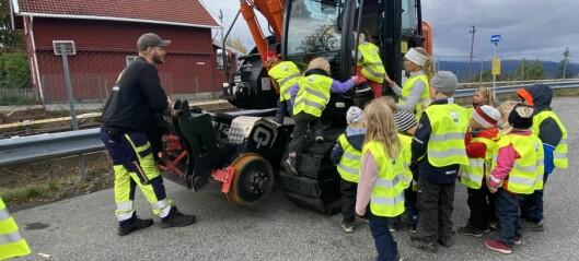 Etter å ha sett på anleggsarbeiderne i tre uker, mens de byttet T-baneskinner, ville hele barnehagen bli maskinførere