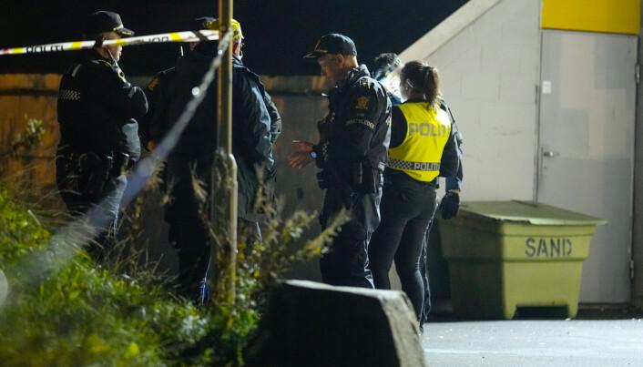 En person ble skutt på Mortensrud torsdag kveld. Her er politiet til stede med flere patruljer samme kveld.