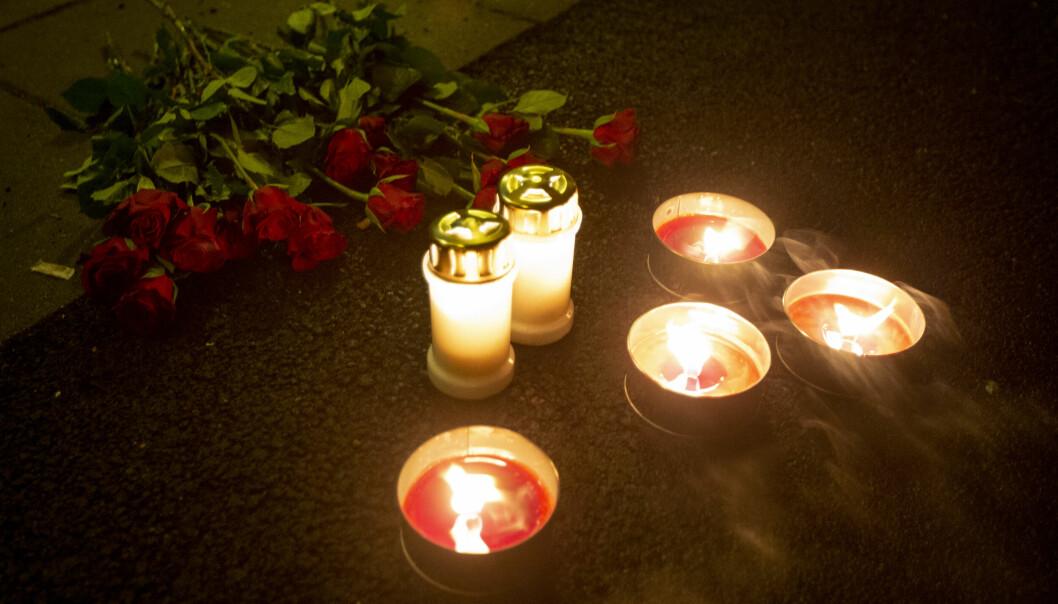 Fredag kveld er det lagt ned blomster og lys på åstedet ved Lofsrud skole på Mortensrud. Foto: Trond R. Teigen / NTB