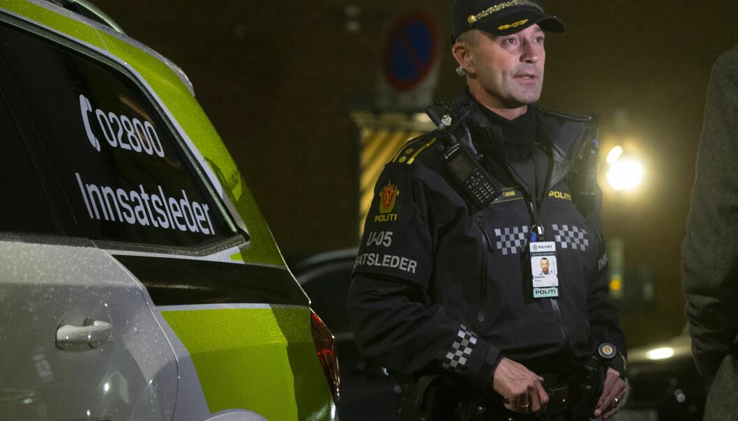 Politiet er fredag kveld i Heimdalsgata i Oslo med store ressurser etter en alvorlig voldshendelse. Her ved innsatsleder Tom Berger.