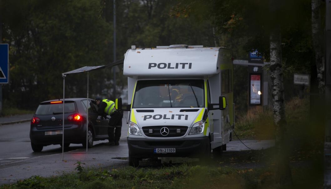 Politiet jobber ved Lofsrud skole på Mortensrud fredag kveld, hvor en person ble skutt torsdag kveld og senere døde av skadene. Foto: Trond R. Teigen / NTB
