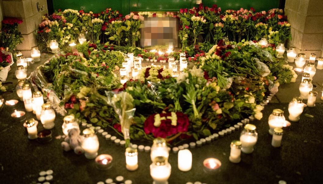 Lørdag kveld er det lagt ned store mengder blomster og lys ved stedet utenfor Lofsrud Skole. Foto: Fredrik Hagen / NTB