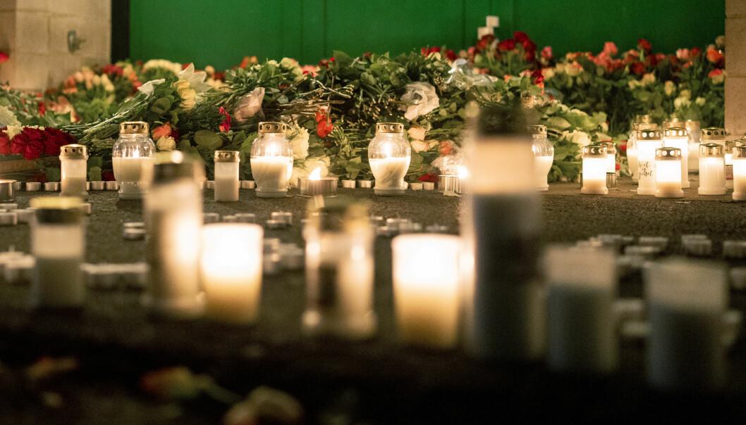 Lørdag kveld var over 200 mennesker samlet på Mortensrud for å minnes den drepte 20-åringen. Det er lagt ned store mengder blomster og lys ved stedet utenfor Lofsrud Skole. Foto: Fredrik Hagen / NTB