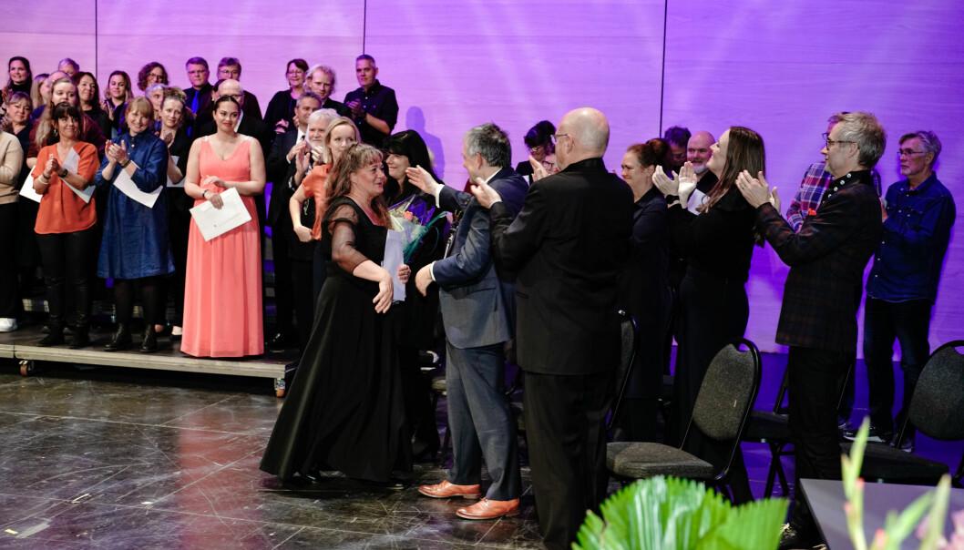 Dirigent Tone Bianca Sparre Dahl mottar prisen som norgesmester i korsang, på vegne av Schola Cantorum.