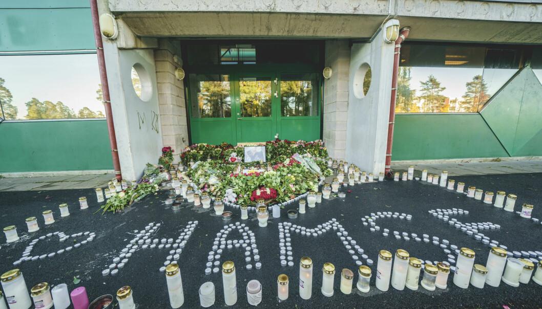 Blomster og lys utenfor en inngang ved Lofsrud skole på Mortensrud, der 20 år gamle Hamse Hashi Adan ble skutt og drept.