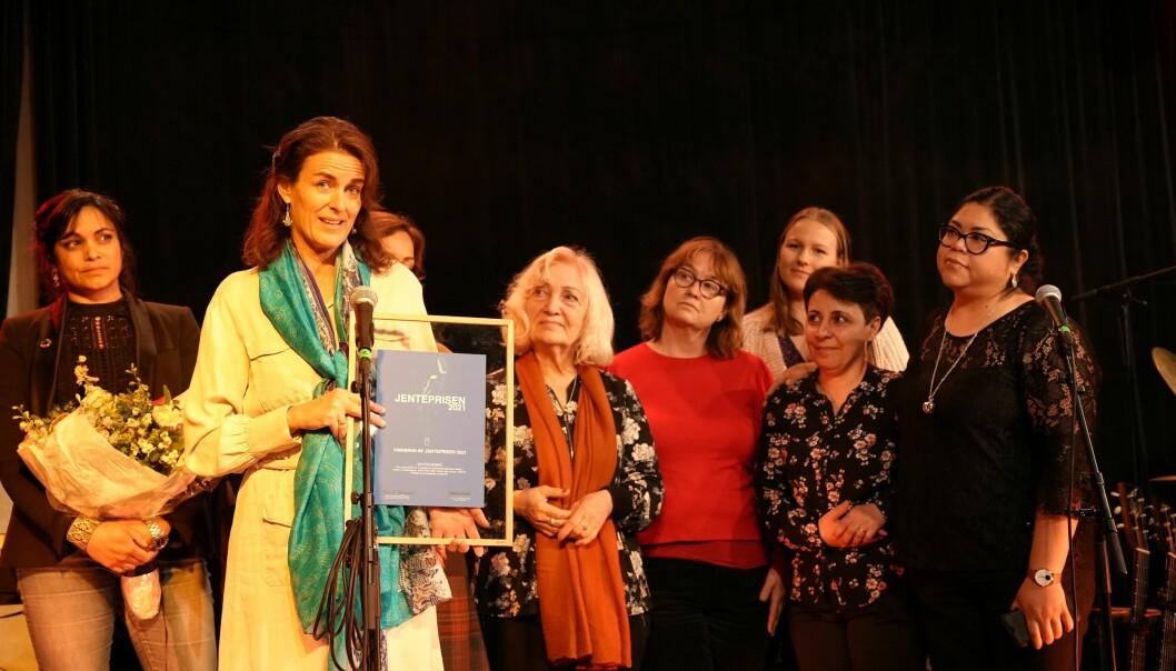Gründer og styreleder Kirstine Holst og Moving Mamas med Jenteprisen fra Plan International Norge.