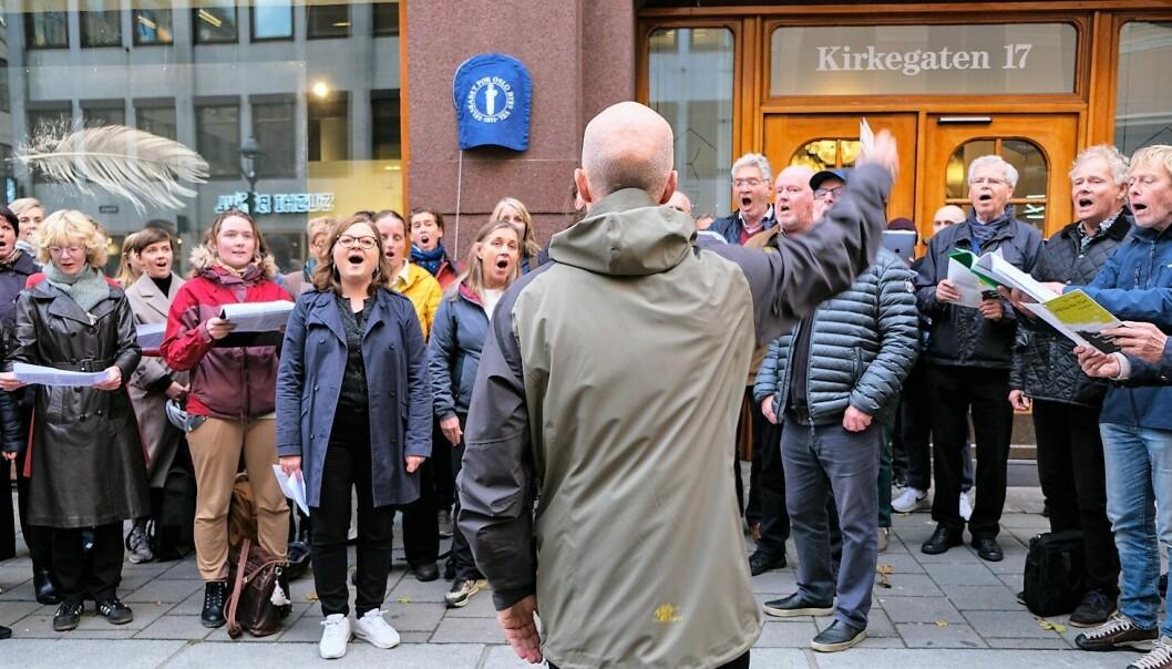 Koret framførte I Will Praise Thee Oh Lord, av den norske komponisten Knut Nystedt før avdukingen av det blå skiltet