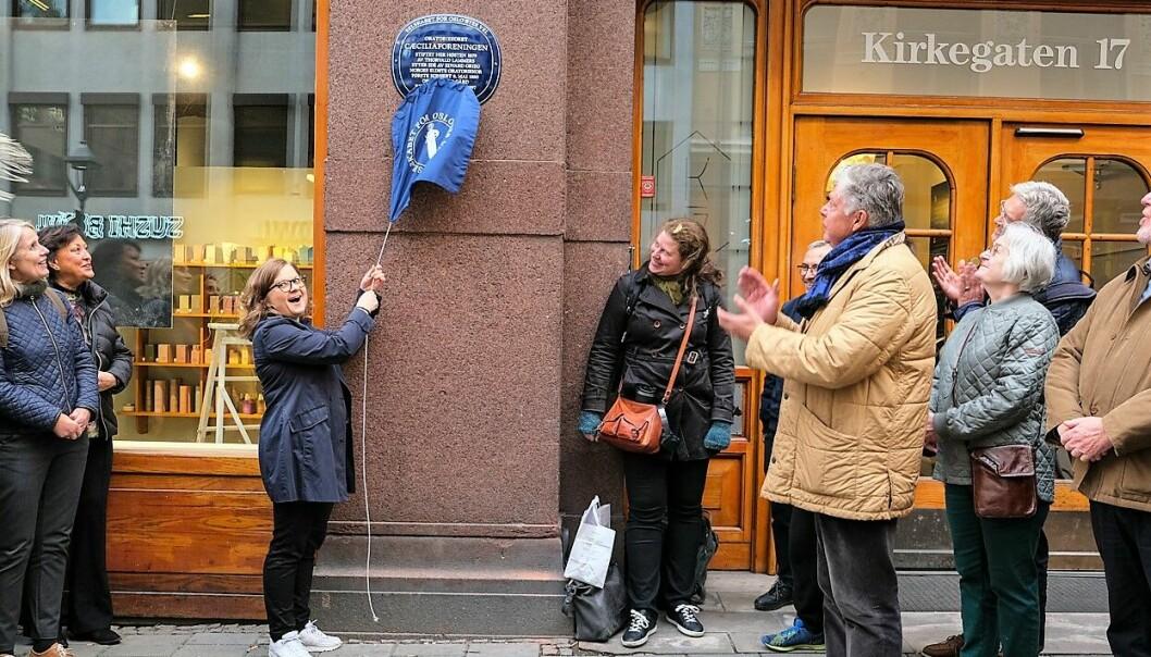 Styreleder Marit Rosenvinge avduker det blå skiltet for Cæciliaforeningen fra Selskabet for Oslo Byes Vel