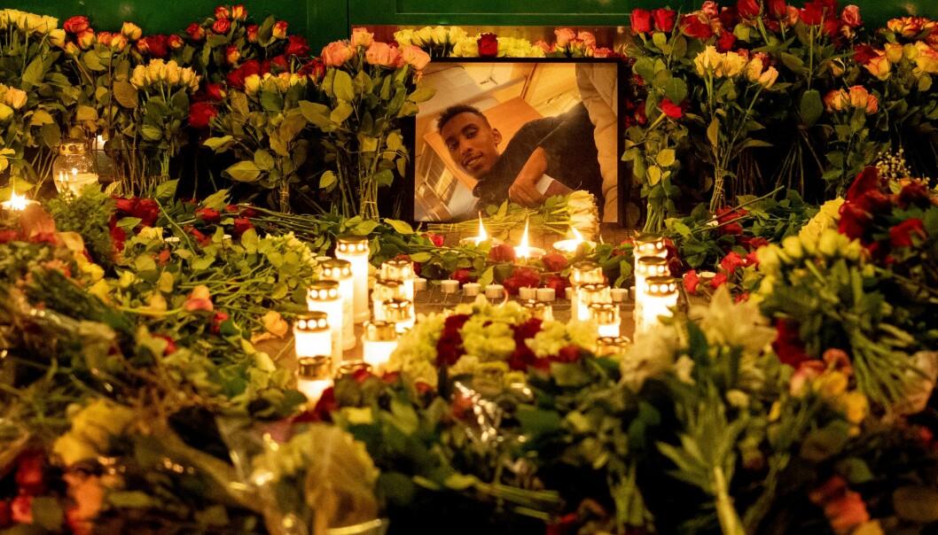 Blomster og lys ved Lofsrud skole der en 20 år gammel mann ble skutt torsdag i forrige uke. Han døde senere av skadene som ble påført.