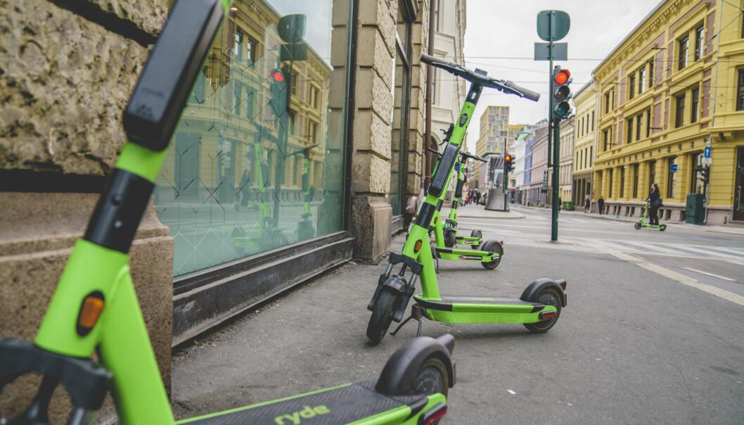 Elsparkesykler fra selskapet Ryde på fortauet i Skippergata i Oslo. Illustrasjonsfoto: