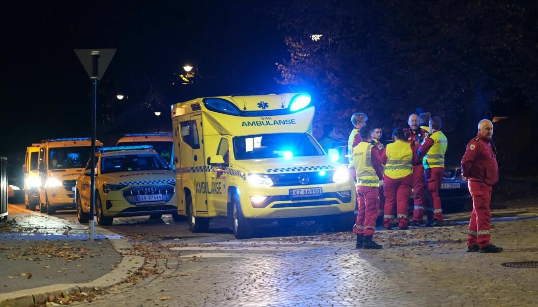 Flere ambulanser fra Oslo har rykket ut til Kongsberg sentrum etter den alvorlige voldshendelse. Foto: Joakim Fjeldli / NTB