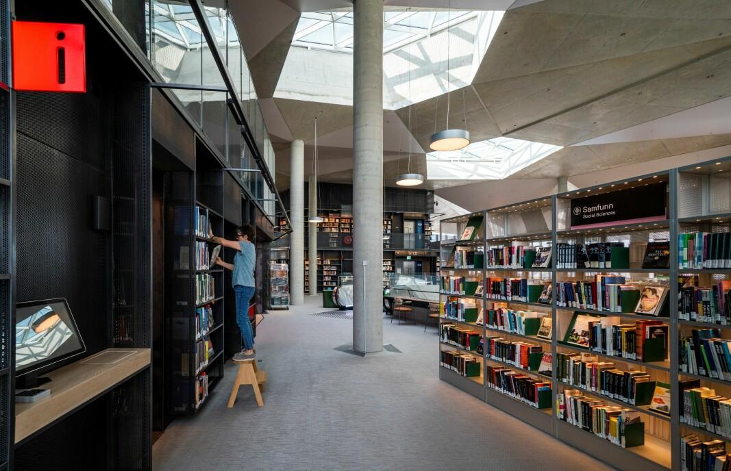 I sjette etasje sees tydelig lyset som strømmer fra taket. Det naturlige lyset når helt ned til første etasje der folk kommer inn hovedinngangen.