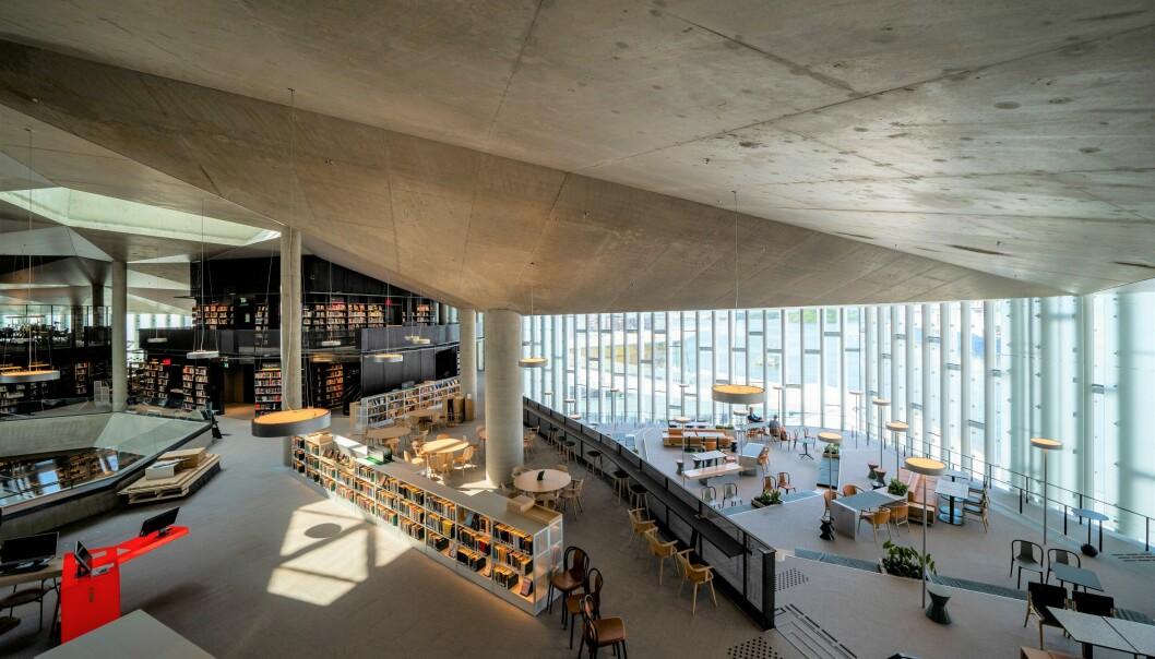 Store åpne rom med møteplasser der naturlig lys strømmer inn fra enorme vindusflater i Deichman Bjørvika.