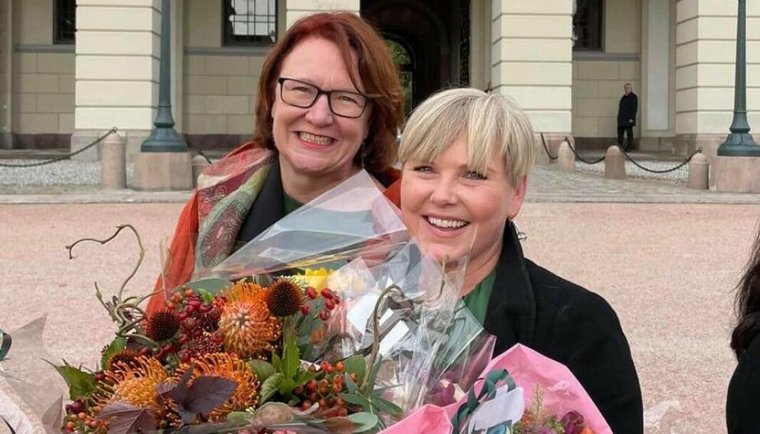 Oslo Sp-leder Bjørg Sandkjær (til v.) sammen med utviklingsminister Anne-Beathe Tvinnerheim (Sp) foran Slottet etter utnevning av ny regjering.