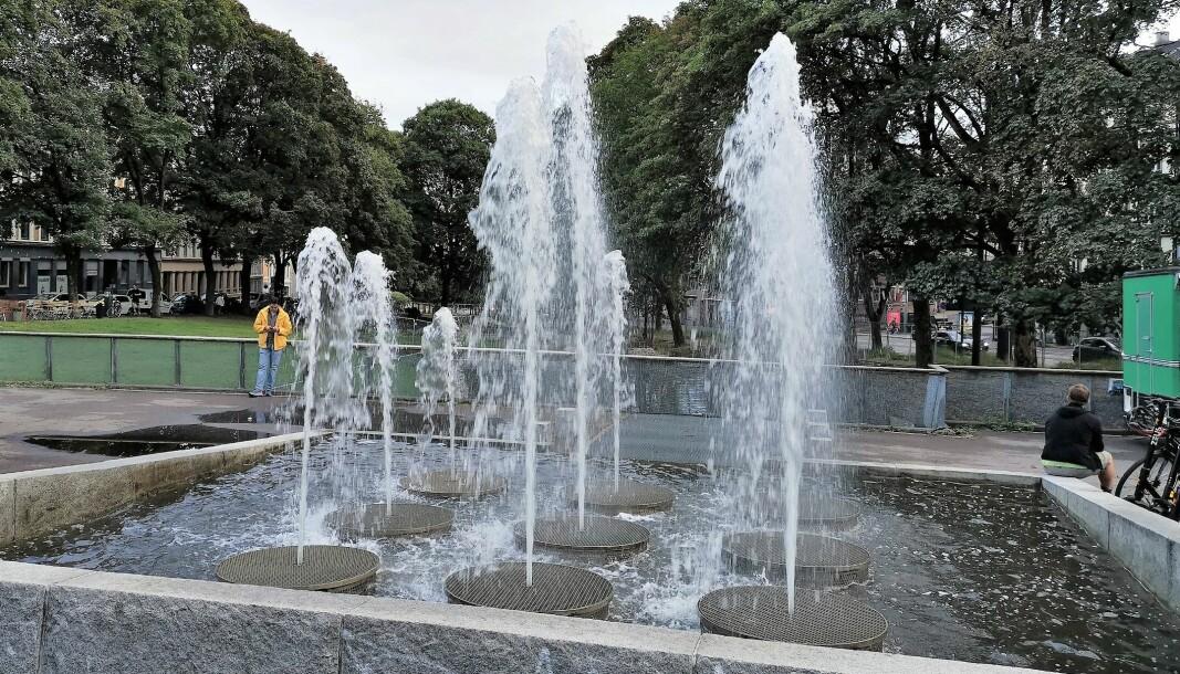 Fontenen på Alexander Kiellands plass kan atter glinse i solen. Her fra september i år. Men nå stenger den igjen.