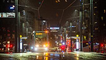 Snø, slaps og gult farevarsel på veier i Oslo: Bilister uten vinterdekk bes om å la bilen stå