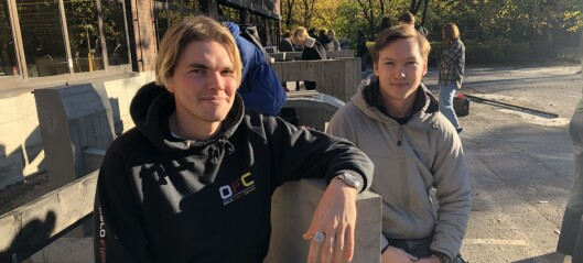 - Vær så snill og hjelp oss med å finne et hjem for skulpturene våre, ber arkitektstudentene Brage (24) og Joakim (24)