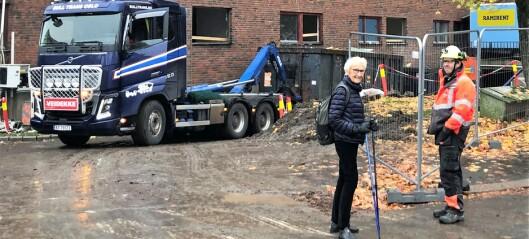 Nå har rivingen av Majorstuhjemmene startet. – Jeg synes det er fint at man river og bygger nytt, sier nabo Helen (74)