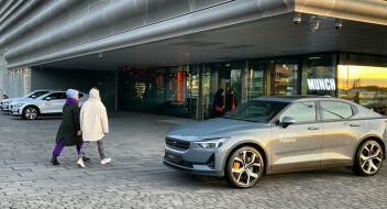 Sponsorbiler er parkert foran Munchmuseet. Der er det parkering forbudt